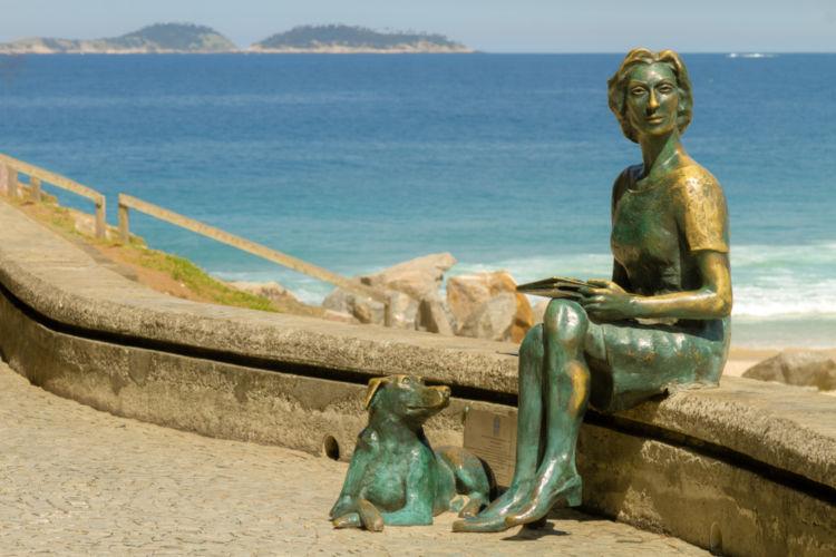 Estátua, no Rio de Janeiro, da escritora Clarice Lispector com seu cachorro.*