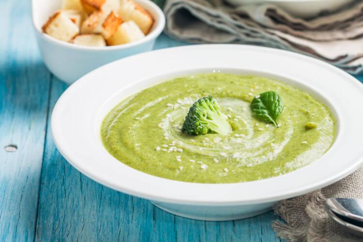 O brócolis pode ser consumido de diversas formas. Suas folhas podem ser utilizadas, por exemplo, no preparo de sopas.