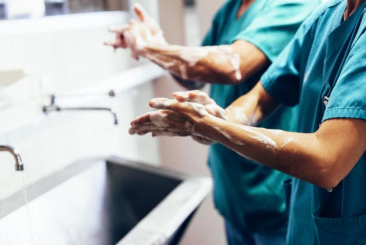 Medidas básicas de higiene, como lavar as mãos, contribuem para evitar infecções hospitalares.