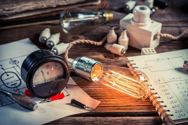 Dentre os assuntos de Física que mais caem no Enem, destacam-se a mecânica, ondulatória, eletricidade e óptica.