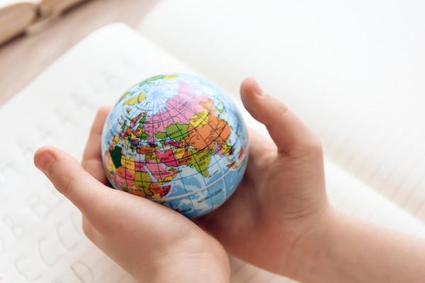 A geografia possibilita um amplo conhecimento sobre o mundo, como se ele estivesse em nossas mãos.