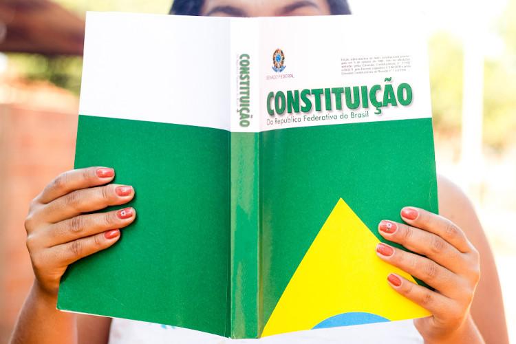 Em questões sobre cidadania, geralmente, são utilizados trechos da Constituição. Procure ler os artigos 5º e 6º. [1]