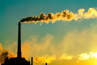 A principal fonte de emissão do dióxido de enxofre para a atmosfera é a queima de combustíveis fósseis