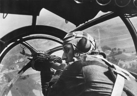 Soldado alemão em um ataque aéreo durante a invasão da Polônia no dia 16 de setembro de 1939