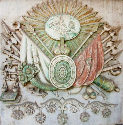 Acima, emblema do Império Turco-Otomano