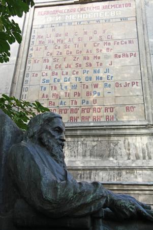 Monumento em Petersburgo, Rússia, em homenagem ao famoso cientista Dimitri Mendeleyev, o autor da Tabela Periódica
