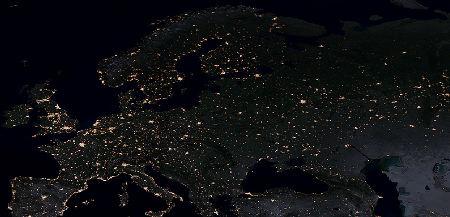 A imagem foi feita de muito alto, mesmo assim, as luzes da superfície terrestre chegaram até a câmera fotográfica em menos de um milésimo de segundo