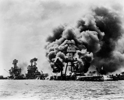 Navios americanos incendiados após o ataque dos aviões japoneses em 1941, na base de Pearl Harbor