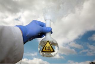O dióxido de carbono está presente no gelo-seco e no ar atmosférico