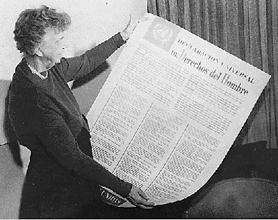 Eleanor Roosevelt segura cópia da Declaração Universal dos Direitos Humanos