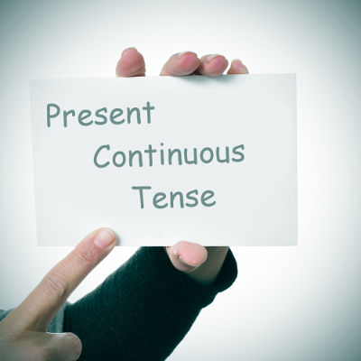 """Usamos o """"Present Continuous"""" para descrever uma ação inacabada no presente"""