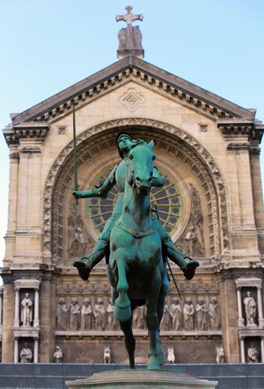 Monumento à Joana D' Arc em frente à Catedral de Sto. Agostinho, Paris