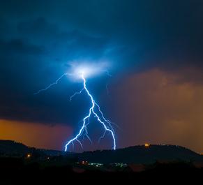 Os raios são as principais consequências naturais da eletrização por indução