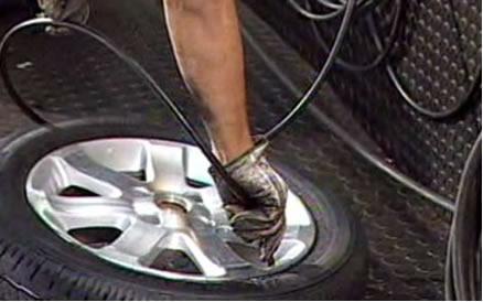 É necessário que a calibragem dos pneus seja feita a frio, pois a pressão do ar dentro deles pode aumentar ou diminuir de acordo com a temperatura
