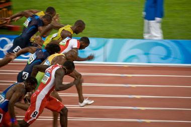 Na prova dos 100 metros rasos, a velocidade média dos atletas é definida pela razão entre os 100 m e o tempo gasto pelo atleta para completar a prova*