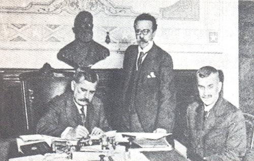 Presidente Venceslau sentado, à esquerda, assinando a declaração de guerra contra a Alemanha