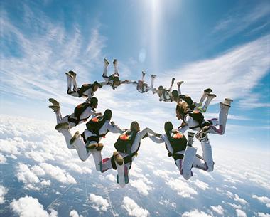 Os paraquedistas possuem movimento vertical para baixo pelo fato de estarem sob a ação da aceleração da gravidade