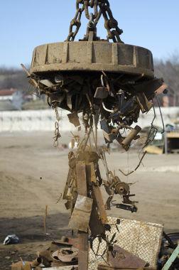 Eletroímãs são utilizados em ferros-velhos para a separação de materiais