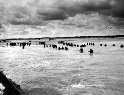 Tropas aliadas desembarcando nas praias da Normandia em 1944