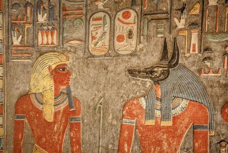 Parede da tumba do faraó Horemheb com a imagem de Anúbis (cabeça de chacal), deus dos mortos e da mumificação *