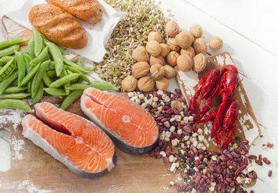 A vitamina B é encontrada em diversos tipos de alimentos, como cereais e peixes