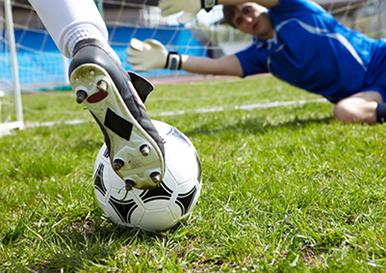 No momento do chute o pé fica em contato com a bola durante um curto intervalo de tempo