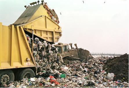 Com o uso generalizado dos plásticos (polímeros artificiais), o problema do descarte do lixo vem se agravando cada dia mais