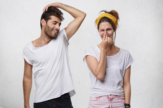 Os desodorantes e os antitranspirantes ajudam a combater o suor, que tem odor desagradável.