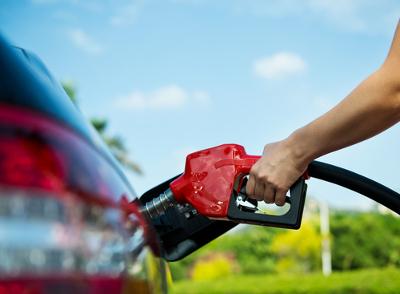 Não é aconselhável encher completamente o tanque do carro de gasolina: um aumento de temperatura causará dilatação e vazamento de combustível