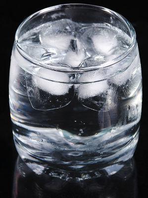 A água é um composto molecular que pode ser manipulado facilmente em mais de um estado físico