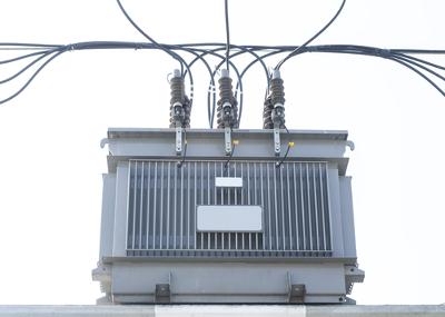 O transformador de tensão é um dispositivo que funciona com base no princípio da indução eletromagnética