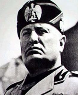Benito Mussolini, líder fascista que implantou um regime totalitário e opressor, na Itália.