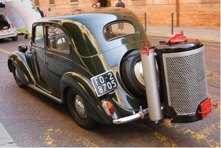 Gasogênio adaptado a um carro em exposição em Forli, Itália, em 10 de outubro de 2010*