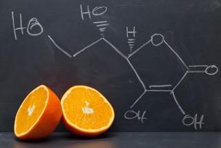 Fórmula química do ácido ascórbico ou vitamina C, que está presente na laranja