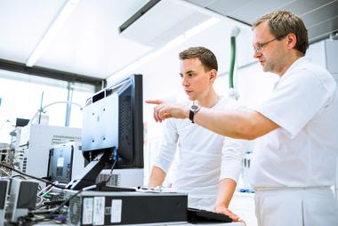 Professor e aluno fazendo análise de dados