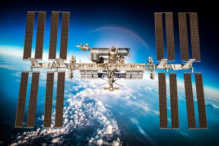 A Estação Espacial Internacional (ISS) completa uma volta ao redor da Terra em 90 min