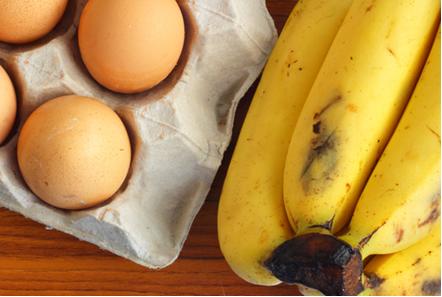Geralmente compramos ovos e bananas usando a dúzia (12 unidades) como parâmetro de quantidade