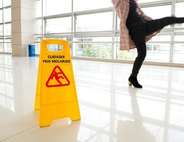 Quando o piso está molhado, a água tampa as imperfeições dele e deixa-o mais liso, diminuindo o coeficiente de atrito da superfície