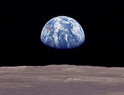 É a força da gravidade que a Terra exerce sobre a Lua que a mantém em órbita em volta da Terra