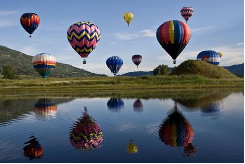 A densidade do ar contido nos balões diminui em razão do aumento da temperatura
