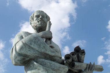 Na imagem, Aristóteles, que teve seu método indutivo criticado por Francis Bacon