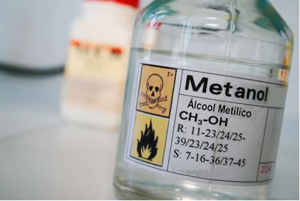 O metanol é inflamável e é o mais tóxico dos álcoois, precisando ser manuseado com cuidado para não ser inalado e não entrar em contato com a pele