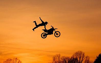 Um ponto fixo em uma roda de motocicleta, por exemplo, descreve movimento circular em relação aos respectivos eixos de rotação
