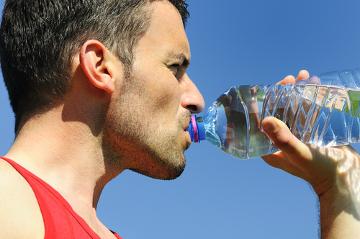 Beber água durante as atividades físicas é fundamental para manter o equilíbrio hídrico
