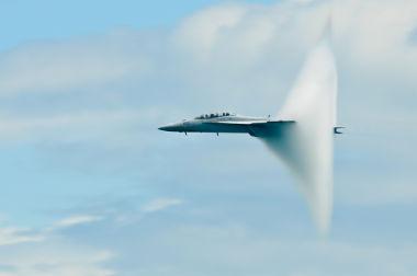 Momento em que a aeronave quebra a barreira do som