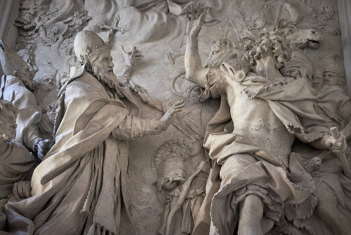 Escultura do século XVII retrata o Papa Leão I convencendo Átila, líder dos hunos, a não saquear Roma em 452*