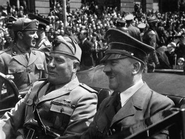 Mussolini (à esquerda) ao lado de Adolf Hitler