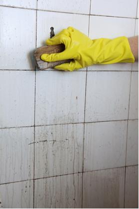 O ácido clorídrico impuro é conhecido como ácido muriático e é usado na limpeza de azulejos