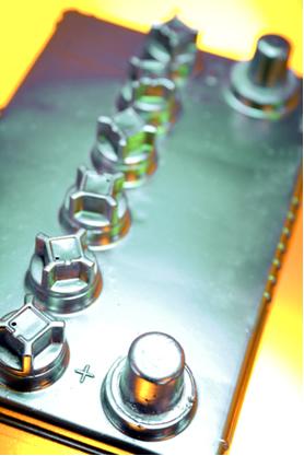 A Bateria de chumbo possui seis pilhas colocadas em série