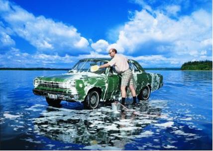 Mesmo usando detergentes biodegradáveis, a não economia desse produto na hora da limpeza poderá causar graves danos ambientais.